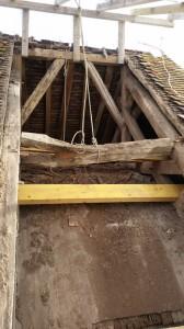 Eglise de Brenouille - Travaux de toiture - poutre cassé sous le poids